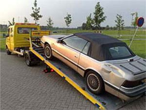 AUTOS Y CAMIONES vehiculo subiendo a una camilla