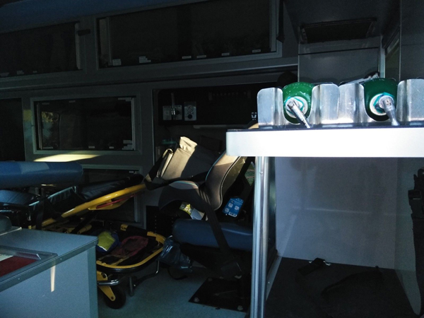 2005 Ford E-350 Ambulance inside
